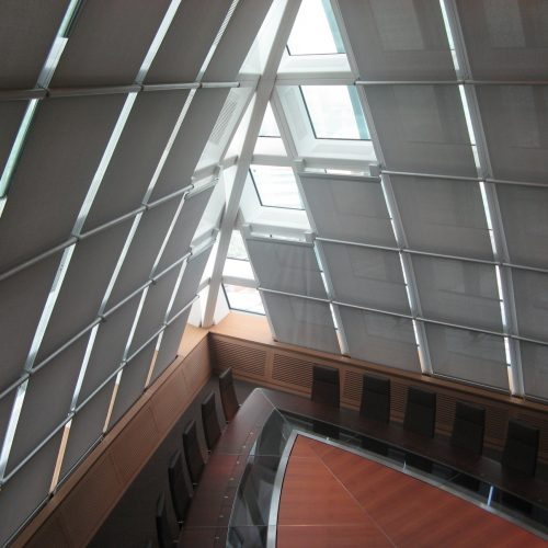 Tension blinds on curved glass